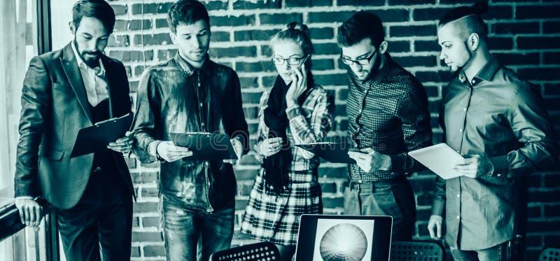 Επιχειρησιακή ομάδα με τα έγγραφα που καταρτίζονται για να συζητήσουν το νέο α στοκ φωτογραφία με δικαίωμα ελεύθερης χρήσης