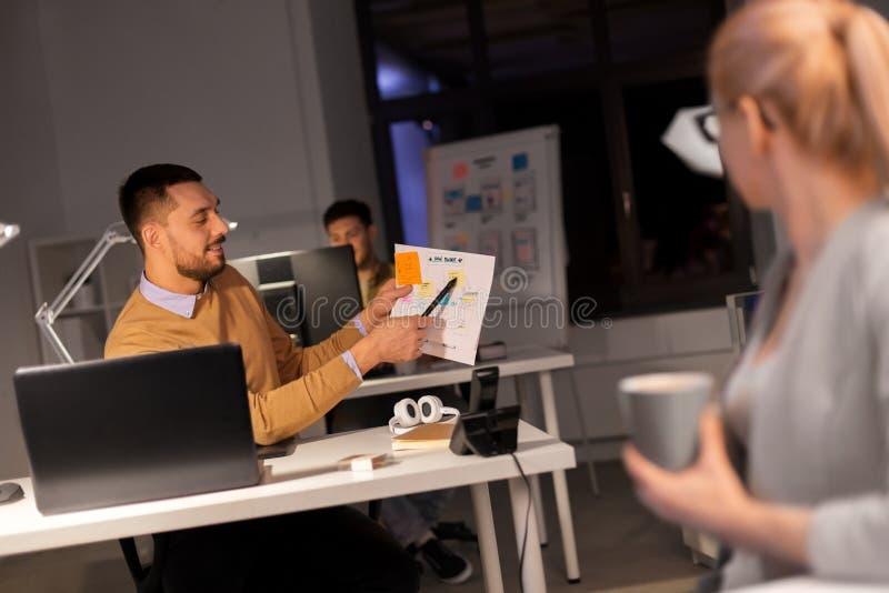 Επιχειρησιακή ομάδα με τα έγγραφα που λειτουργούν αργά στο γραφείο στοκ φωτογραφία