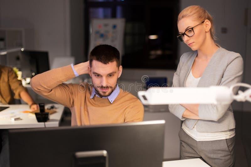 Επιχειρησιακή ομάδα με τον υπολογιστή που λειτουργεί αργά στο γραφείο στοκ εικόνες με δικαίωμα ελεύθερης χρήσης