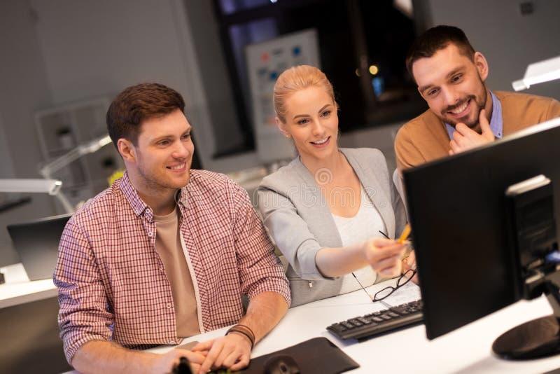 Επιχειρησιακή ομάδα με τον υπολογιστή που λειτουργεί αργά στο γραφείο στοκ φωτογραφίες με δικαίωμα ελεύθερης χρήσης