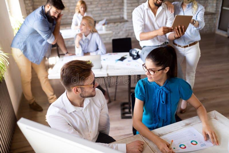 Επιχειρησιακή ομάδα ξεκινήματος στη συνεδρίαση στο σύγχρονο φωτεινό εσωτερικό 'brainstorming' γραφείων, που λειτουργεί στον υπολο στοκ εικόνα