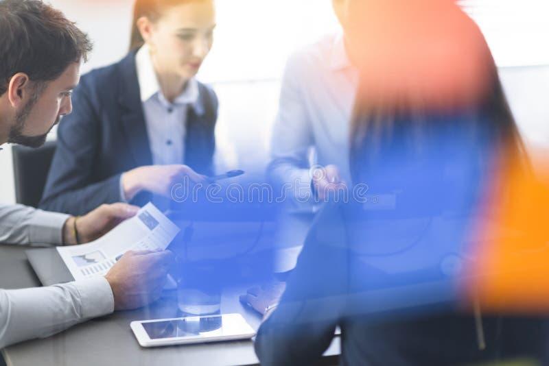 Επιχειρησιακή ομάδα που διοργανώνει μια συνεδρίαση στο γραφείο στοκ εικόνα με δικαίωμα ελεύθερης χρήσης
