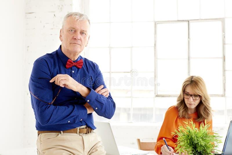 Επιχειρησιακή ομάδα που εργάζεται μαζί στο γραφείο Μέση ηλικίας επιχειρηματίας και ανώτερος επιχειρηματίας που εργάζονται στο νέο στοκ φωτογραφίες