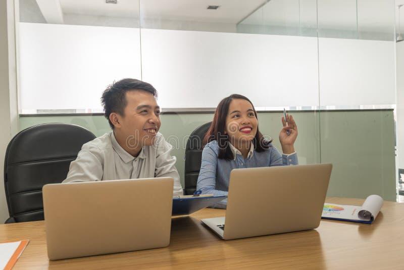 Επιχειρησιακή ομάδα που μοιράζεται τις ιδέες και που συζητά ο ένας στον άλλο στην αίθουσα συνεδριάσεων στοκ εικόνες