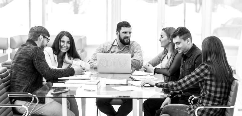 Επιχειρησιακή ομάδα που οργανώνει μια σύνοδο εργασίας στη θέση εργασίας στην αρχή στοκ φωτογραφίες με δικαίωμα ελεύθερης χρήσης