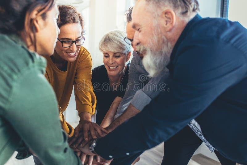 Επιχειρησιακή ομάδα που παρουσιάζει ενότητα στοκ εικόνα