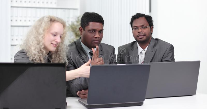 Επιχειρησιακή ομάδα που συζητά τα επιχειρησιακά ζητήματα στην αρχή στοκ εικόνα