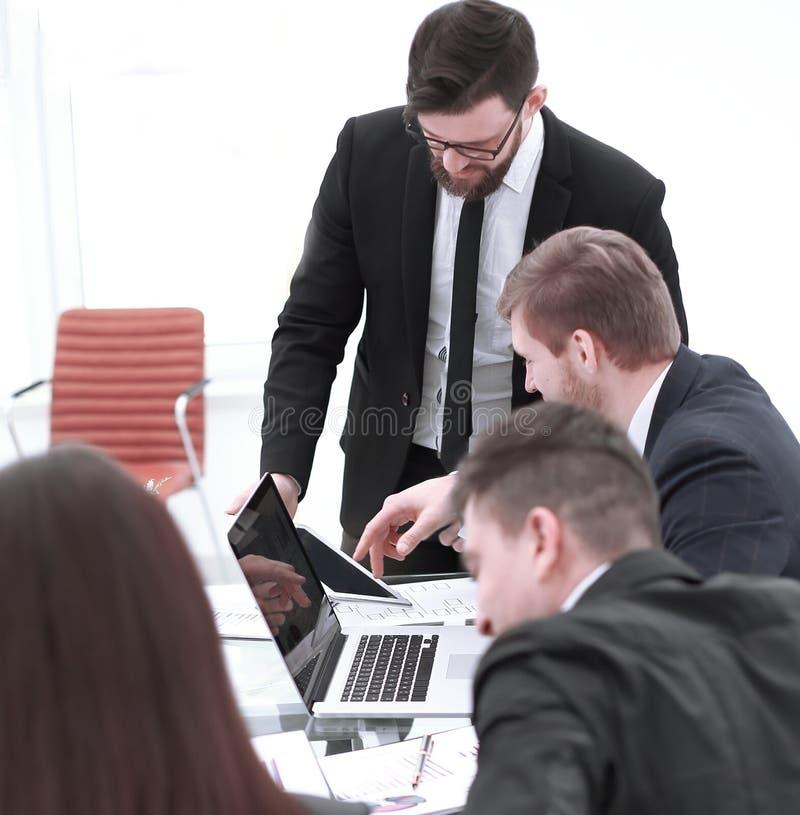 Επιχειρησιακή ομάδα που συζητά τα ζητήματα εργασίας στο γραφείο εργασίας στο σύγχρονο γραφείο στοκ φωτογραφίες