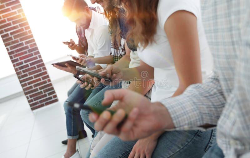 Επιχειρησιακή ομάδα που χρησιμοποιεί μια κινητή συσκευή στοκ φωτογραφίες