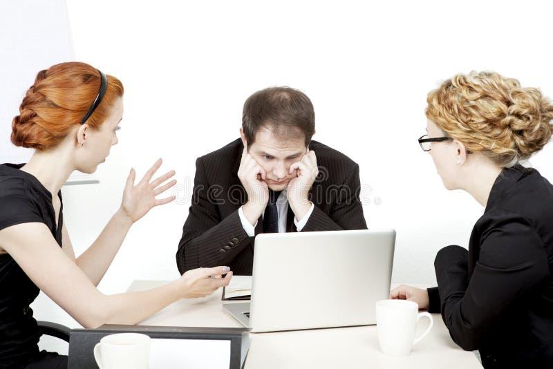 Επιχειρησιακή ομάδα σε μια σοβαρή συνεδρίαση στοκ φωτογραφίες