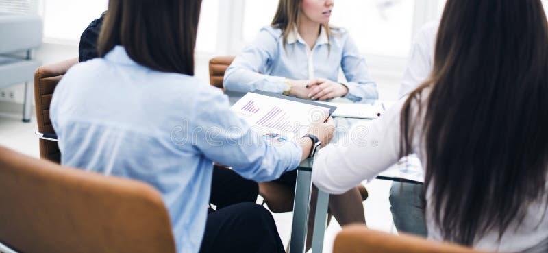 επιχειρησιακή ομάδα σε μια συνεδρίαση συνδιασκέψεων εργασίας σε ένα γραφείο και συζήτηση των σημαντικών ζητημάτων στοκ φωτογραφίες