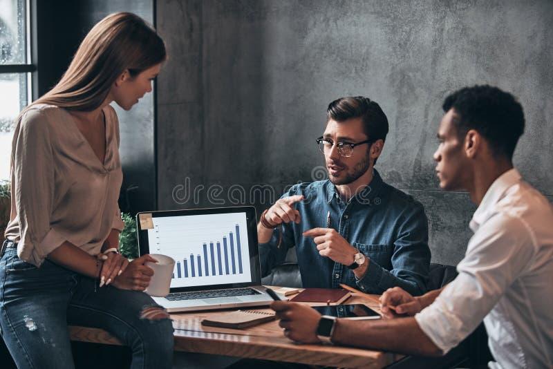 Επιχειρησιακή ομάδα στην εργασία Ομάδα νέων βέβαιων επιχειρηματιών στοκ φωτογραφία με δικαίωμα ελεύθερης χρήσης