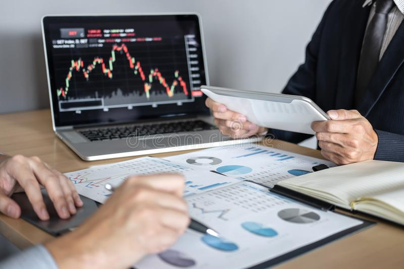 Επιχειρησιακή ομάδα στη συνεδρίαση στον προγραμματισμό του προγράμματος εμπορικών συναλλαγών επένδυσης και της στρατηγικής της δι στοκ εικόνα με δικαίωμα ελεύθερης χρήσης