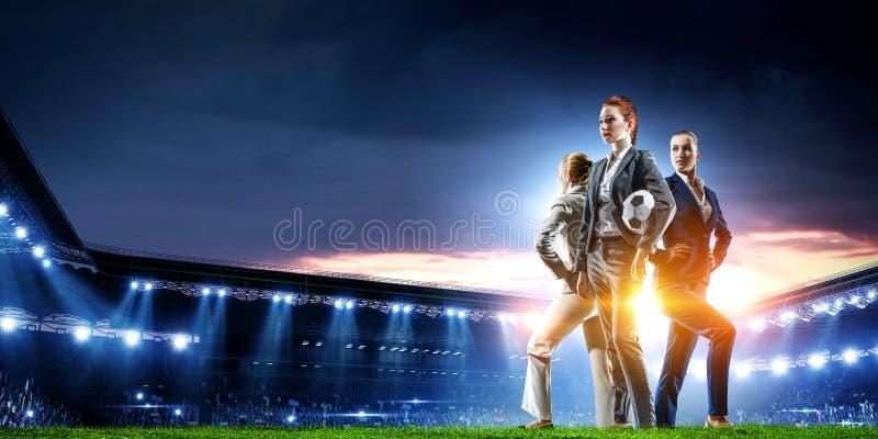 Επιχειρησιακή ομάδα στο γήπεδο ποδοσφαίρου r στοκ εικόνες