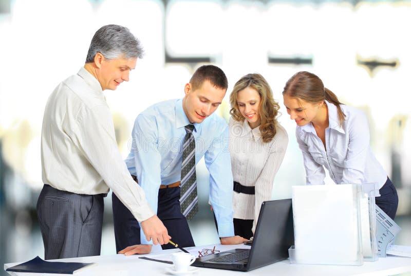 Επιχειρησιακή ομάδα που διοργανώνει τη συνεδρίαση στην αρχή στοκ εικόνα
