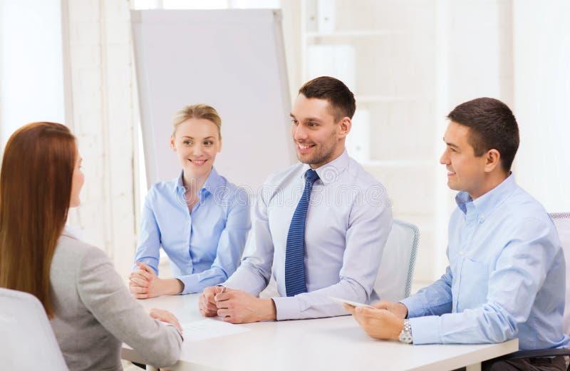 Επιχειρησιακή ομάδα που παίρνει συνέντευξη από τον υποψήφιο στην αρχή στοκ εικόνες