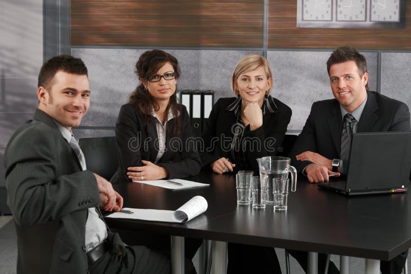 Επιχειρησιακή ομάδα στη συνεδρίαση στοκ φωτογραφίες