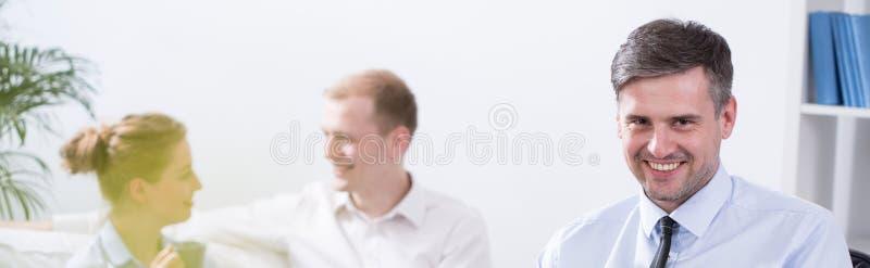 Επιχειρησιακή ομάδα στο σύγχρονο γραφείο στοκ εικόνα με δικαίωμα ελεύθερης χρήσης