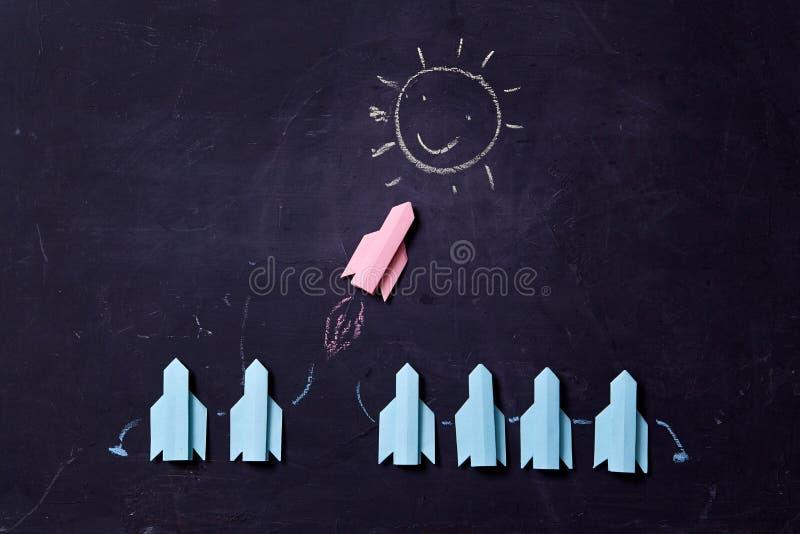 Επιχειρησιακή σταδιοδρομία, επιτυχία και έννοια προσωπικότητας Λύση, ανταγωνισμός και πρόκληση Πύραυλος που πετά προς τον ήλιο στοκ φωτογραφίες