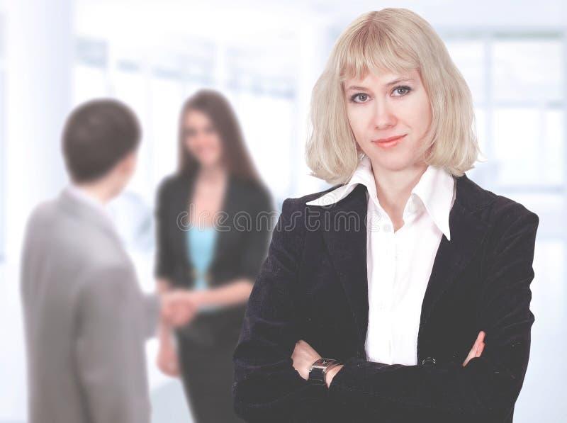 επιχειρησιακή συμπαθητ&iot Διαπραγματεύσεις στο γραφείο associates blond business her laptop one showing team to woman working στοκ εικόνες