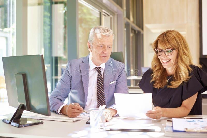 Επιχειρησιακή συνεδρίαση στο γραφείο στοκ εικόνα
