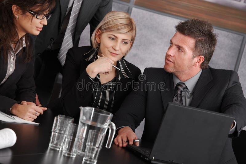 Download Επιχειρησιακή συνεδρίαση στοκ εικόνες. εικόνα από θηλυκά - 22787910