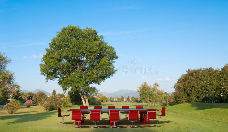 Επιχειρησιακή συνεδρίαση και γκολφ στοκ φωτογραφία