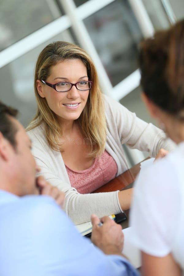 Επιχειρησιακή συνεδρίαση με τους πελάτες στοκ εικόνες