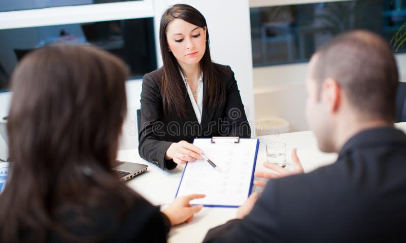 Επιχειρησιακή συνεδρίαση: ομάδα businesspeople στην εργασία στοκ φωτογραφίες με δικαίωμα ελεύθερης χρήσης