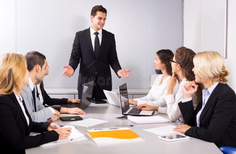 Επιχειρησιακή συνεδρίαση της πολυεθνικής διαχειριζόμενης ομάδας στοκ φωτογραφία