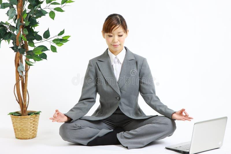 επιχειρησιακή meditating γυναίκ&alpha στοκ εικόνες