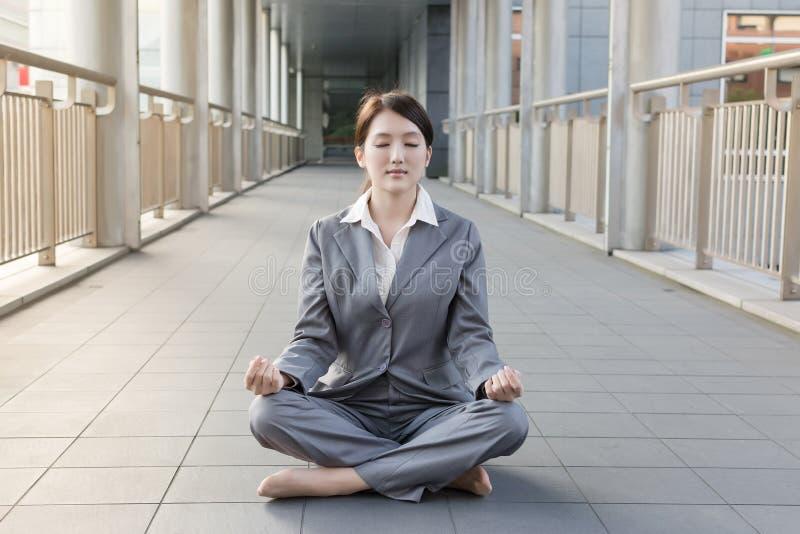 Επιχειρησιακή woman do lotus θέση στοκ φωτογραφία με δικαίωμα ελεύθερης χρήσης