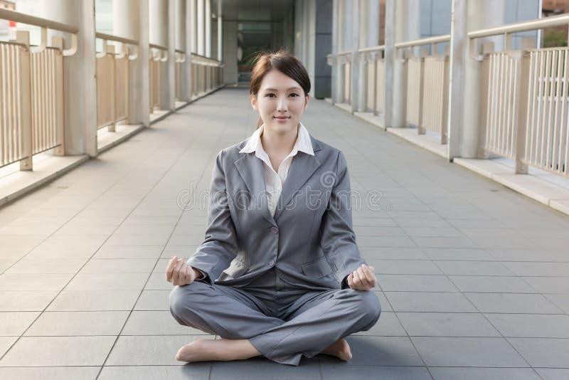 Επιχειρησιακή woman do lotus θέση στοκ εικόνα
