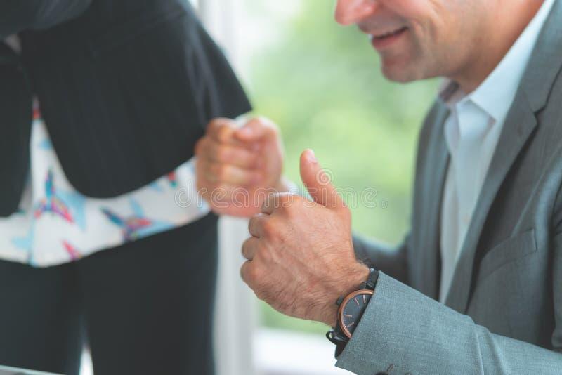 Επιχειρησιακοί άνδρας και γυναίκα που παρουσιάζουν αντίχειρα για την επιτυχία ομάδων στοκ εικόνα
