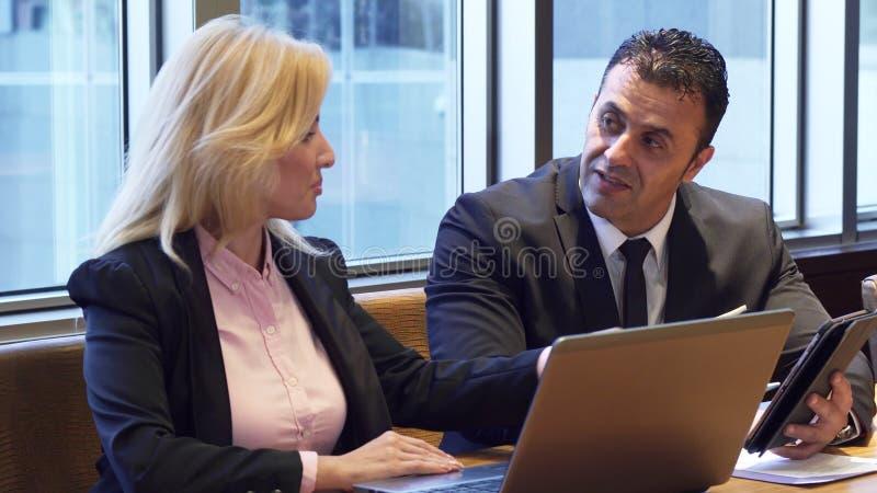 Επιχειρησιακοί άνδρας και γυναίκα που συζητούν το νέο πρόγραμμά τους στοκ φωτογραφίες με δικαίωμα ελεύθερης χρήσης