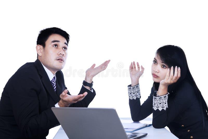 Επιχειρησιακοί γυναίκα και άνδρας που εργάζονται από κοινού στοκ φωτογραφία με δικαίωμα ελεύθερης χρήσης