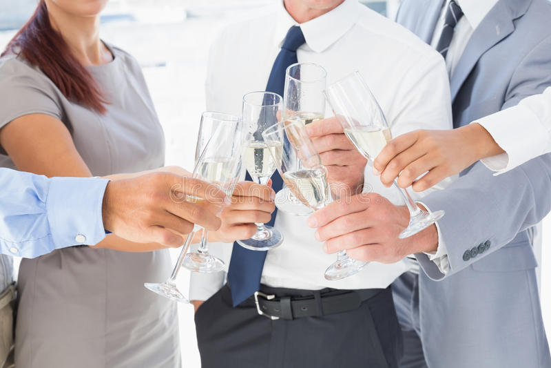 Επιχειρησιακοί εργαζόμενοι που έχουν ένα κόμμα στοκ εικόνα