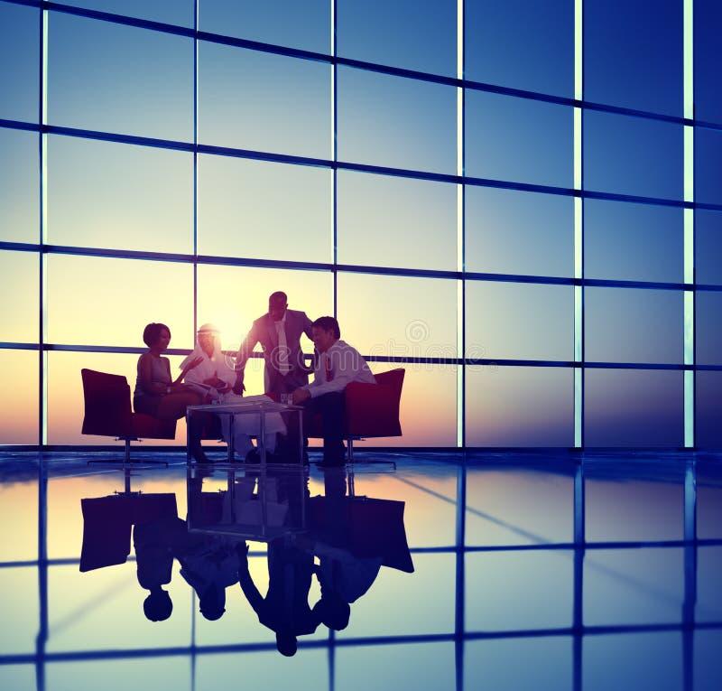 Επιχειρησιακοί εταιρικοί άνθρωποι που συναντούν την έννοια ομάδας συζήτησης στοκ εικόνες