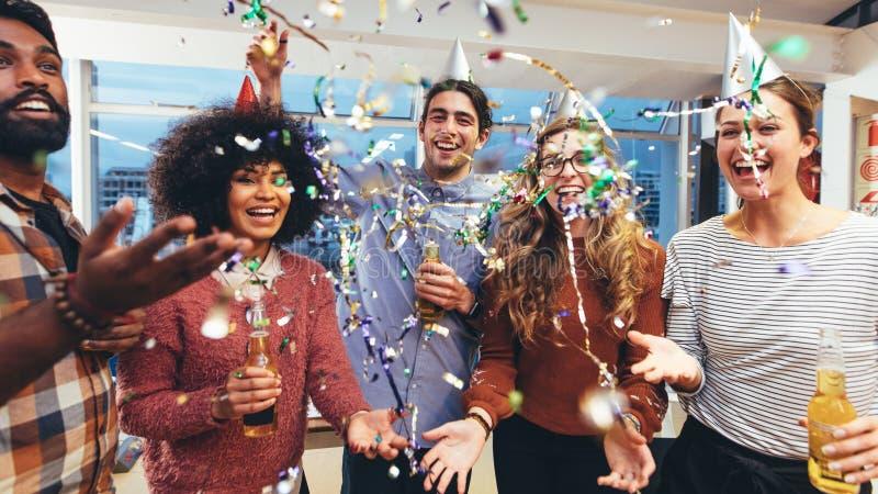 Επιχειρησιακοί συνάδελφοι που απολαμβάνουν ένα κόμμα στοκ φωτογραφίες