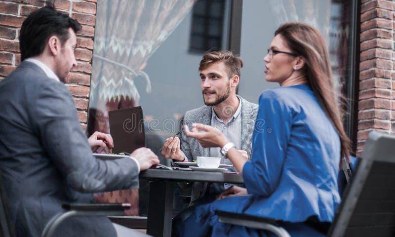 Επιχειρησιακοί συνάδελφοι που συζητούν τα επιχειρησιακά ζητήματα στο τραπεζάκι σαλονιού στοκ εικόνες
