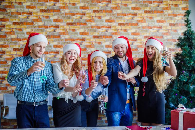 Επιχειρησιακοί συνάδελφοι στη γιορτή Χριστουγέννων γραφείων χρυσή ιδιοκτησία βασικών πλήκτρων επιχειρησιακής έννοιας που φθάνει σ στοκ φωτογραφία