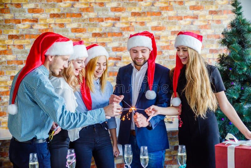 Επιχειρησιακοί συνάδελφοι στη γιορτή Χριστουγέννων γραφείων χρυσή ιδιοκτησία βασικών πλήκτρων επιχειρησιακής έννοιας που φθάνει σ στοκ φωτογραφίες