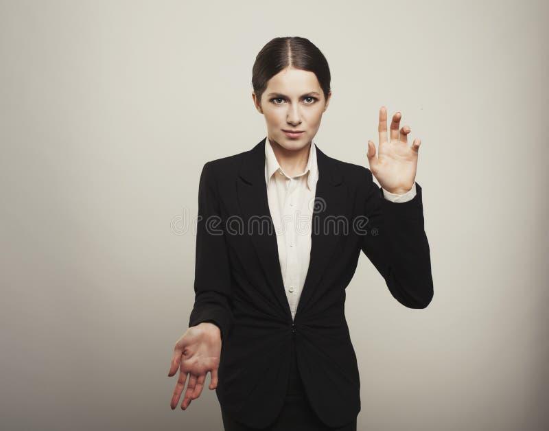 Επιχειρησιακού brunette γυναίκα που απομονώνεται νέα κράτημα των χεριών στοκ εικόνες με δικαίωμα ελεύθερης χρήσης