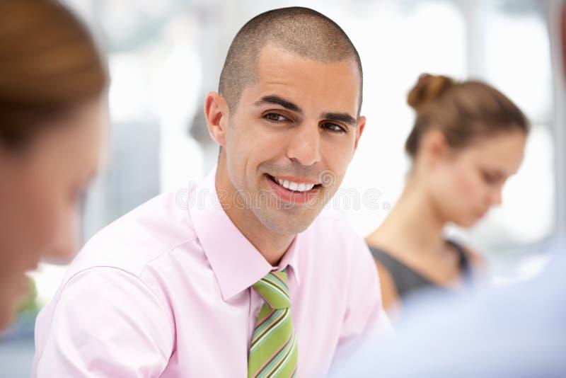 Επιχειρησιακός επαγγελματίας στη συζήτηση ομάδας στοκ εικόνα