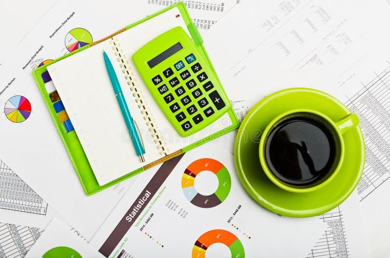 Επιχειρησιακός εργασιακός χώρος με τις οικονομικές εκθέσεις στοκ εικόνες
