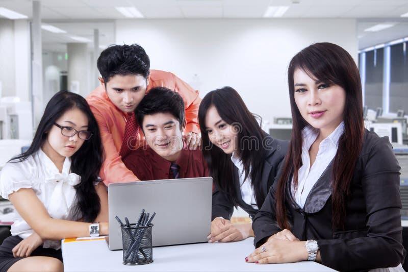 Επιχειρησιακός ηγέτης με την ομάδα της στοκ εικόνα