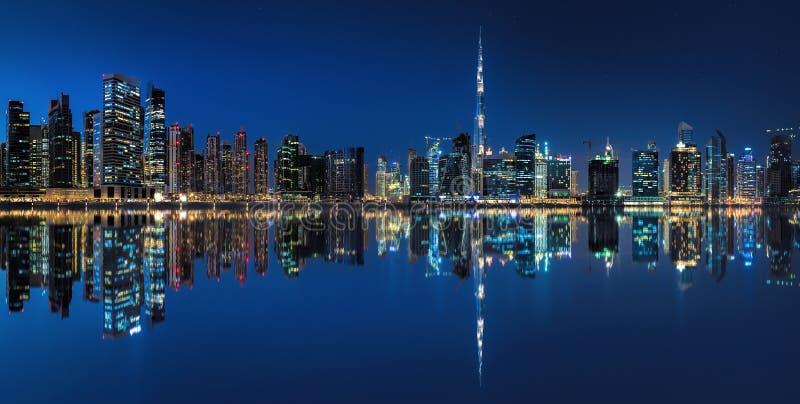 Επιχειρησιακός κόλπος στο Ντουμπάι στην μπλε ώρα στοκ φωτογραφία