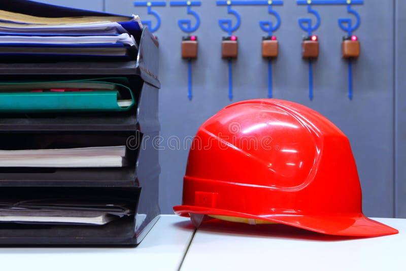 Επιχειρησιακός προγραμματισμός ανασκόπηση βιομηχανική γραφείο Κράνος και έγγραφα στοκ φωτογραφία με δικαίωμα ελεύθερης χρήσης
