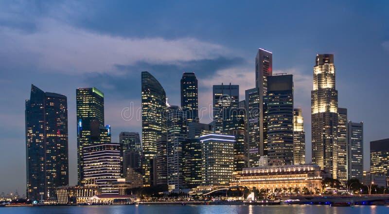 Επιχειρησιακός πύργος της Σιγκαπούρης τη νύχτα, εικονική παράσταση πόλης και ορίζοντας στοκ φωτογραφίες με δικαίωμα ελεύθερης χρήσης