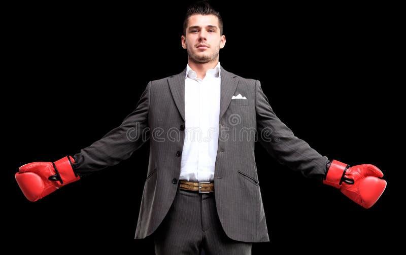 Επιχειρησιακό άτομο έτοιμο να παλεψει με τα εγκιβωτίζοντας γάντια στοκ φωτογραφίες